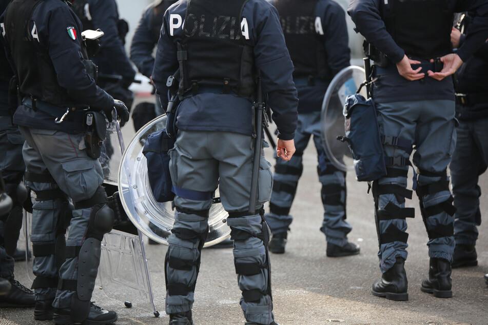 Mindestens drei Menschen wurden bei der Razzia festgenommen. (Symbolbild)
