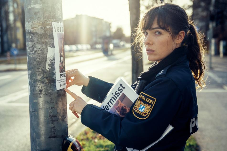 """Bessie (Verena Altenberger, 33) hängt Katzensteckbriefe auf in einer Szene aus """"Polizeiruf 110: Frau Schrödingers Katze""""."""
