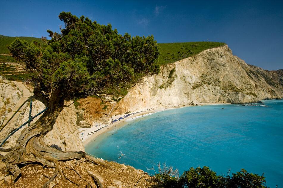 Werft einen ersten Blick auf den wunderschönen Strand von Katsiki, im Süd-Westen der Insel.
