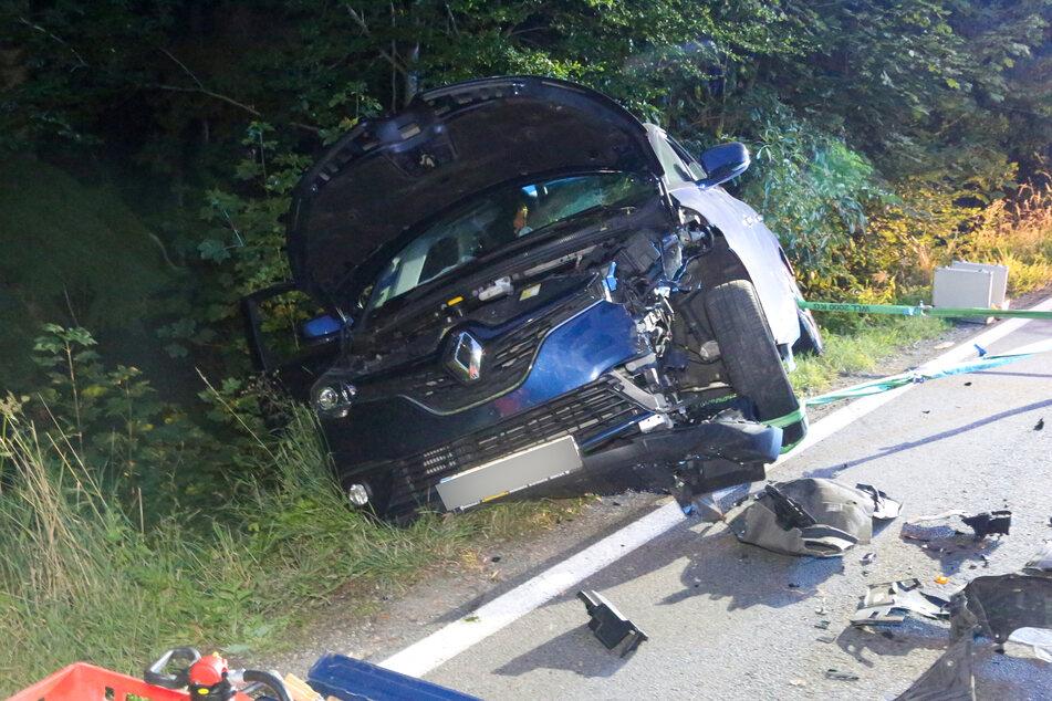 Der Renault wurde durch den Zusammenprall in den Straßengraben geschleudert.