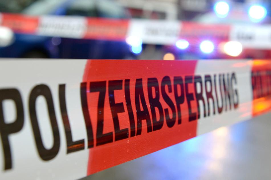 Die Polizei sperrte den Fundort rund um die Leiche ab. (Symbolbild)