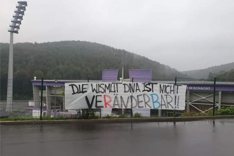 Dieses Banner brachten Fans an der Einfahrt zur FCE-Geschäftsstelle an.