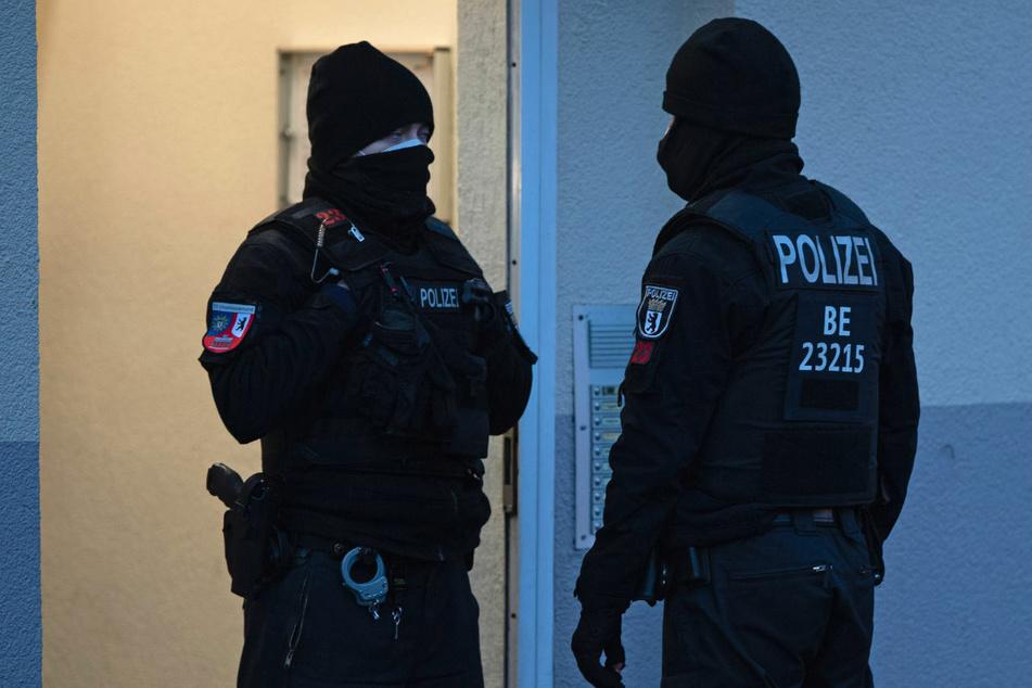 Nach dem Verbot einer salafistischen Vereinigung führen Polizeibeamte am Donnerstagmorgen in Moabit eine Razzia durch.