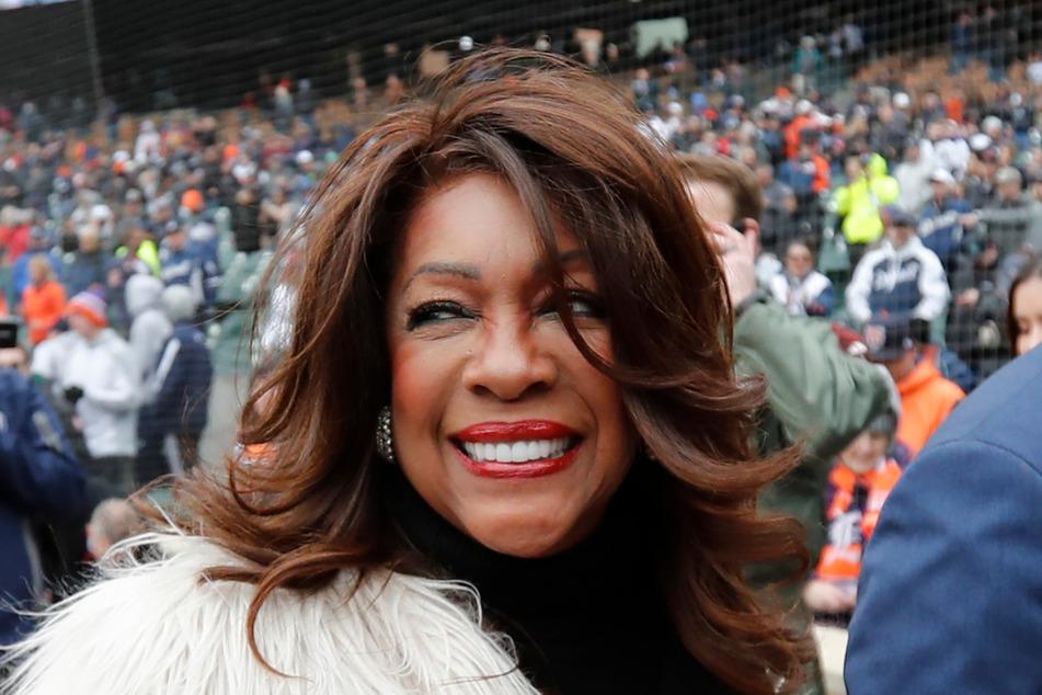 2019: Mary Wilson wird nach dem Singen der Nationalhymne vor einem Baseballspiel zwischen den Detroit Tigers und den Kansas City Royals in Detroit eskortiert.