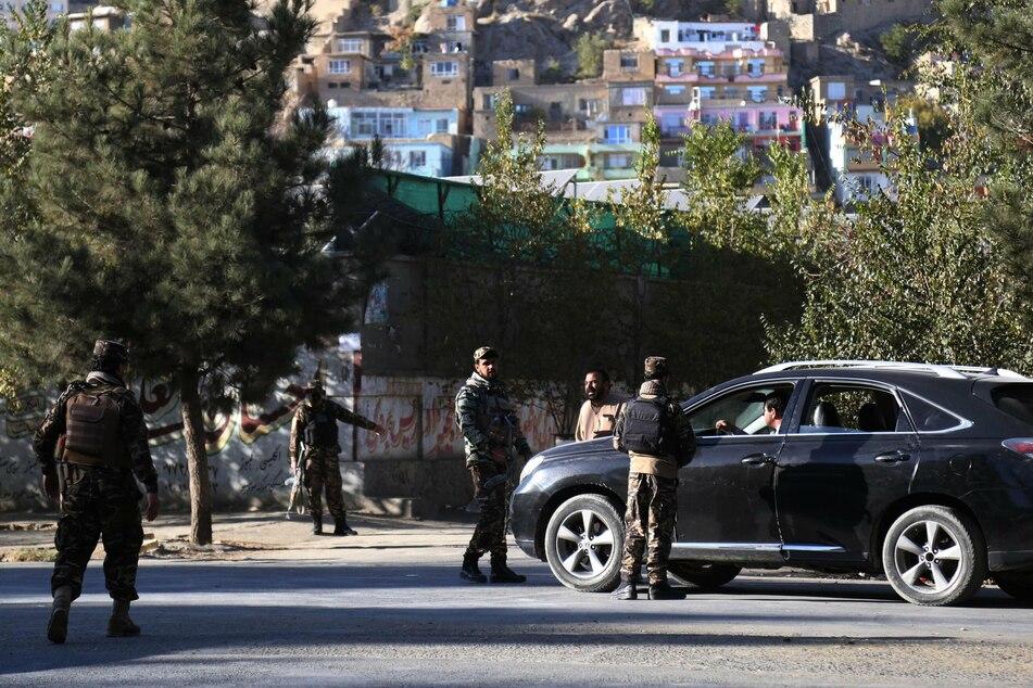 Afghanische Sicherheitsbeamte bewachen nach dem Anschlag die Straßen in der Nähe der Universität von Kabul.