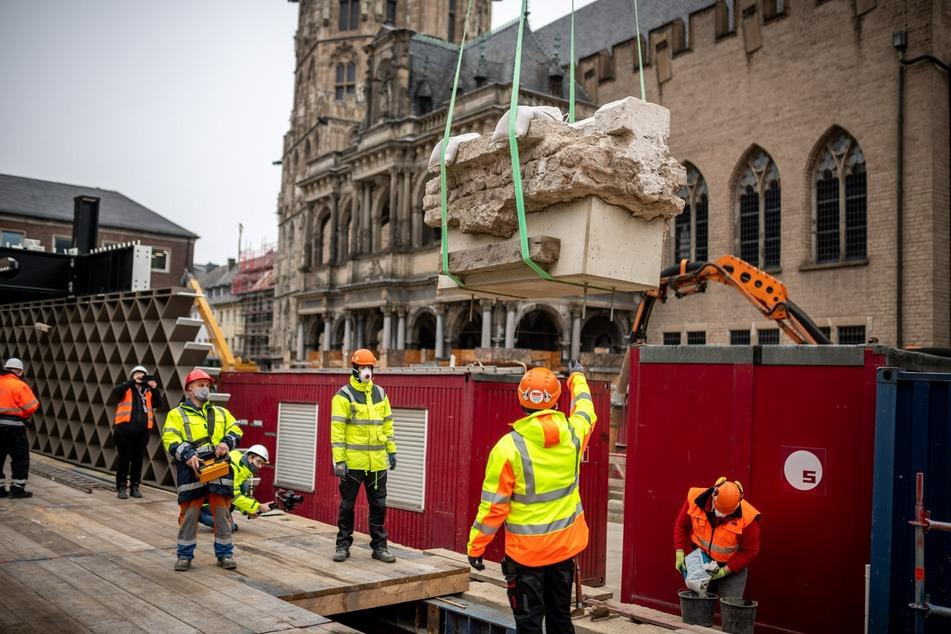 Köln: Jüdisches Museum: Historischer 3-Tonnen-Block in Kölner Altstadt verankert