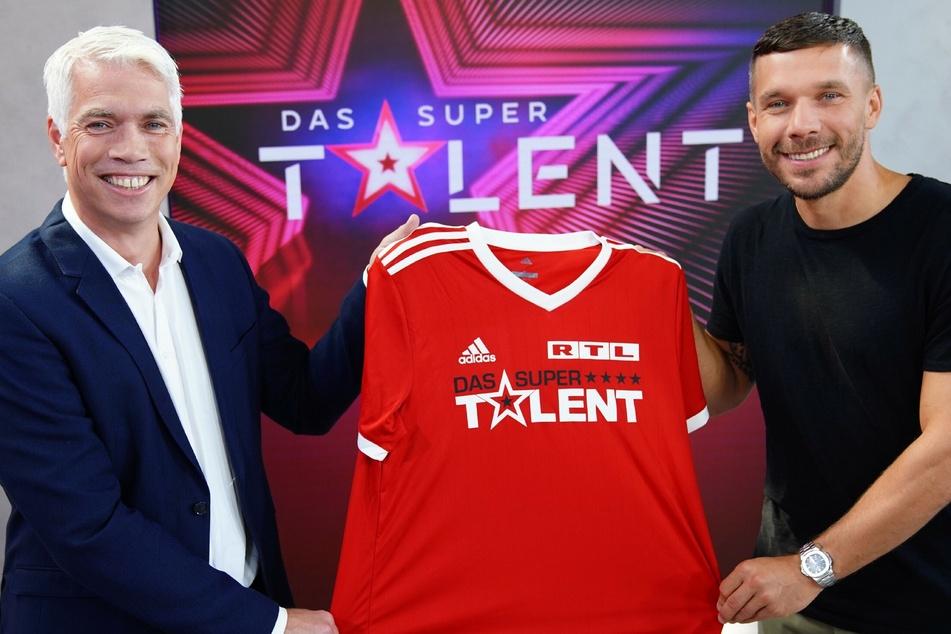 Henning Tewes, Geschäftsführer RTL Television & Co-Geschäftsleiter TVNOW und Lukas Podolski (l., 36) freuen sich auf die Zusammenarbeit.