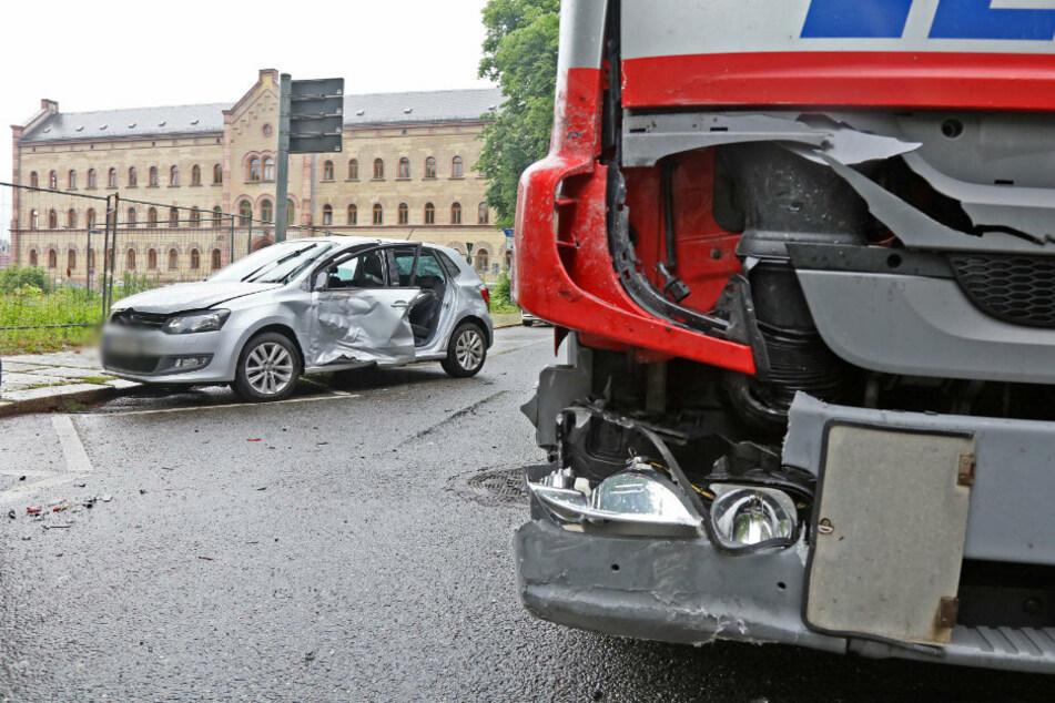 Der VW knallte beim Ausparken mit einem Lkw zusammen.