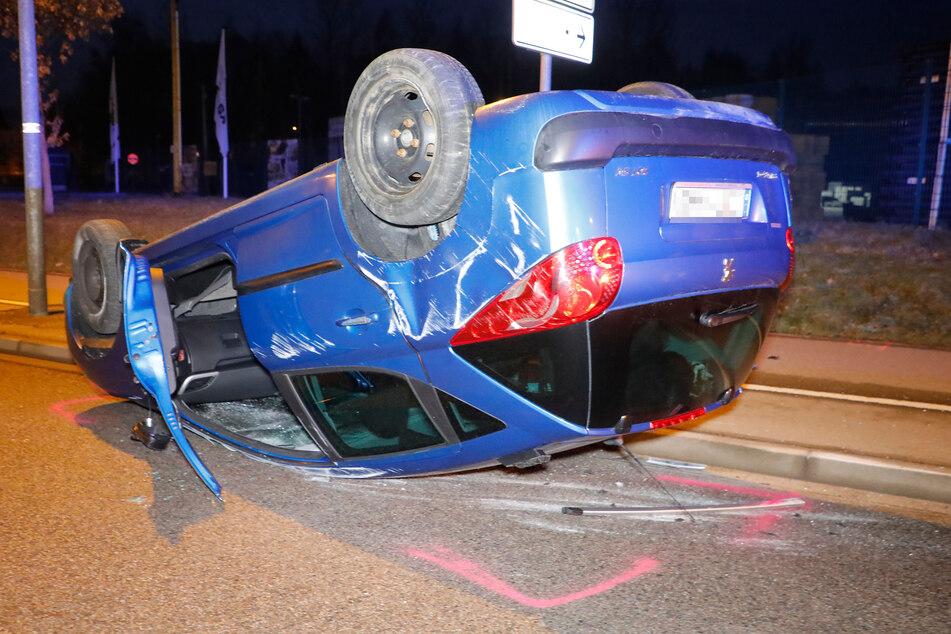 Heftiger Crash in Chemnitz: Auto überschlägt sich, Fahrer schwer verletzt