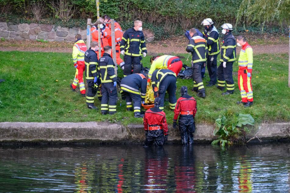Einsatzkräfte bergen die Tote aus dem Wasser.