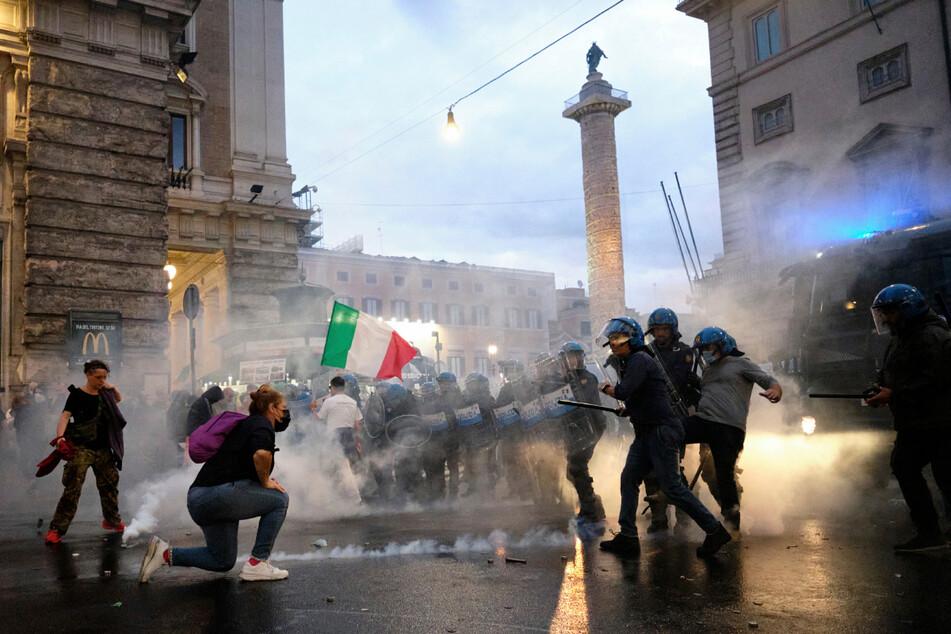 Protestteilnehmer und Polizisten stoßen in Rom während der Demonstration gegen den Corona-Gesundheitspass aufeinander.