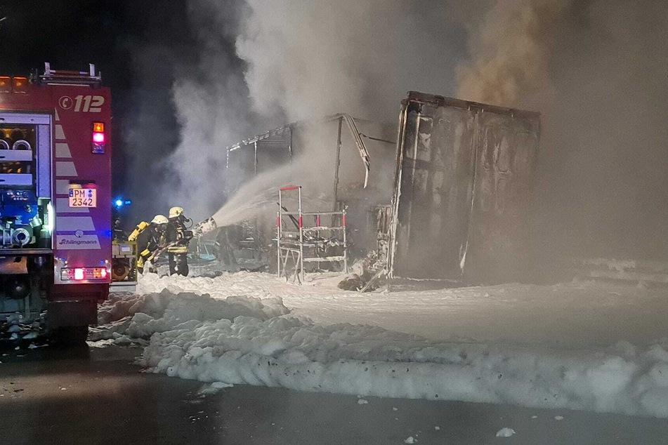 Auch ein Großaufgebot der Feuerwehr konnte das vollständige Ausbrennen eines Lkw-Anhängers nicht verhindern.