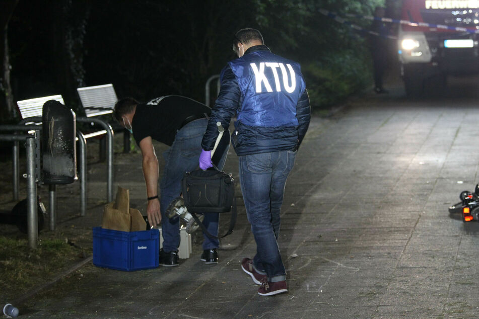 Bei der Festnahme der beiden geflohenen Straftäter aus der forensischen Psychiatrie in Bedburg-Hau ist einer der Männer durch eine Kugel mutmaßlich aus einer Polizeiwaffe tödlich getroffen worden.