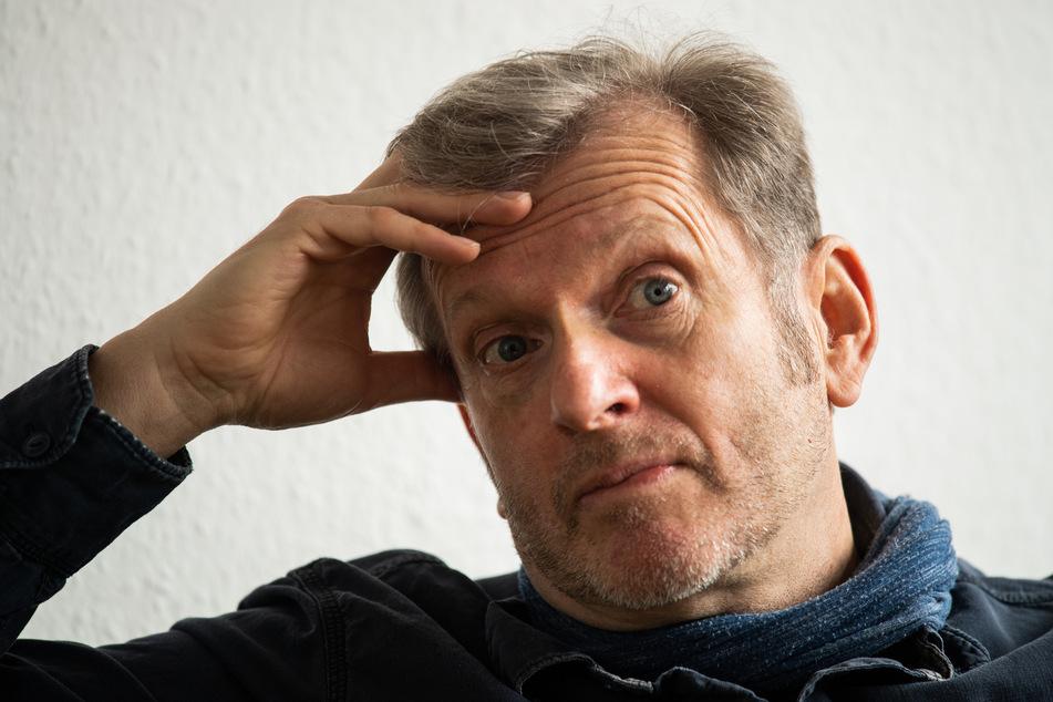 Sozialmediziner Gerhard Trabert glaubt, dass mehrere hundert Flüchtlinge aus Lesbos mit Corona infiziert sein könnten.