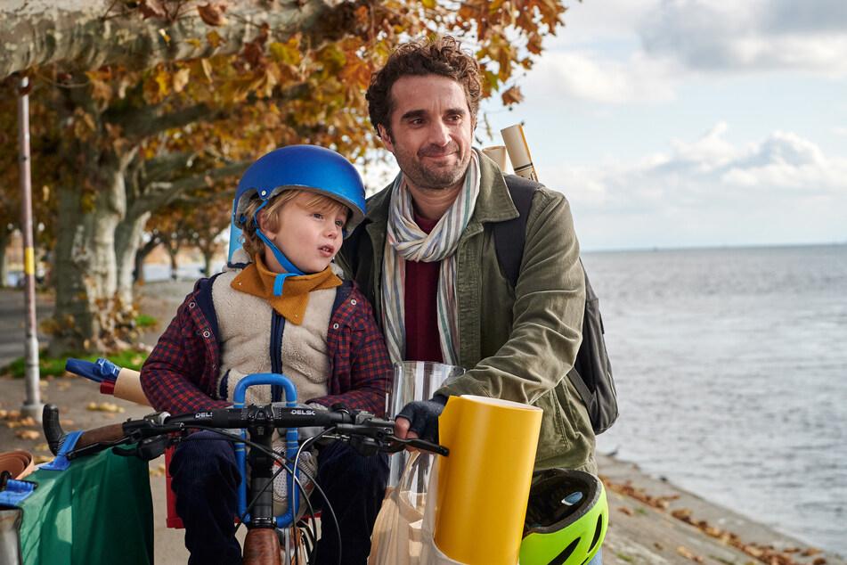 Schauspieler Oliver Wnuk macht sich vor den Kindern buchstäblich zum Affen.