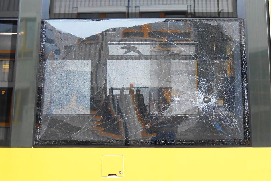 Mehrere Straßenbahnen mit Steinen beworfen: Polizei stellt Verdächtigen (16)!