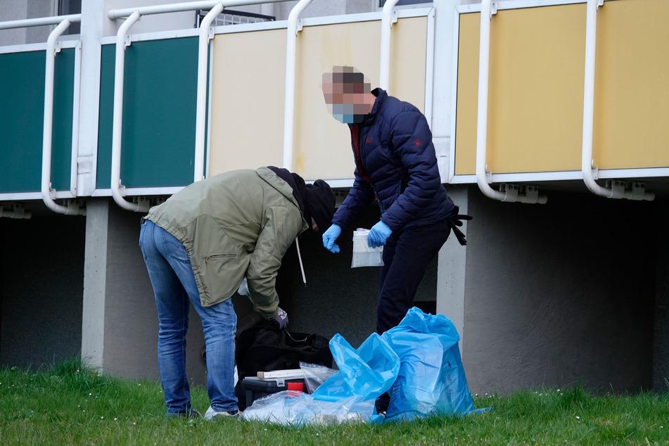Ein Tatverdächtiger (29) warf vor Angst ein Tütchen aus dem Fenster. Die Beamten stellten es sicher. Darin befand sich etwa 3,5 Kilogramm Marihuana.
