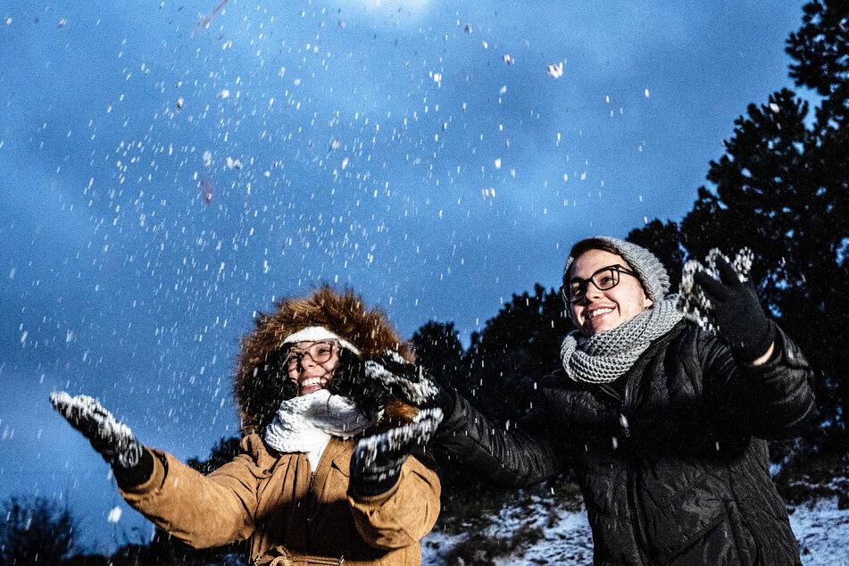 Larissa Beltremini und Valter Favero freuen sich, als es aufgrund einer Kaltfront in Sao Joaquim-Urupema schneit.