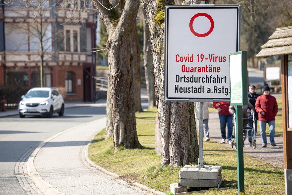 """Ein Schild weist auf die wegen """"Covid 19-Virus Quarantäne"""" gesperrte Ortsdurchfahrt von Neustadt am Rennsteig hin. Im März stand die gesamte Ortschaft unter Quarantäne."""