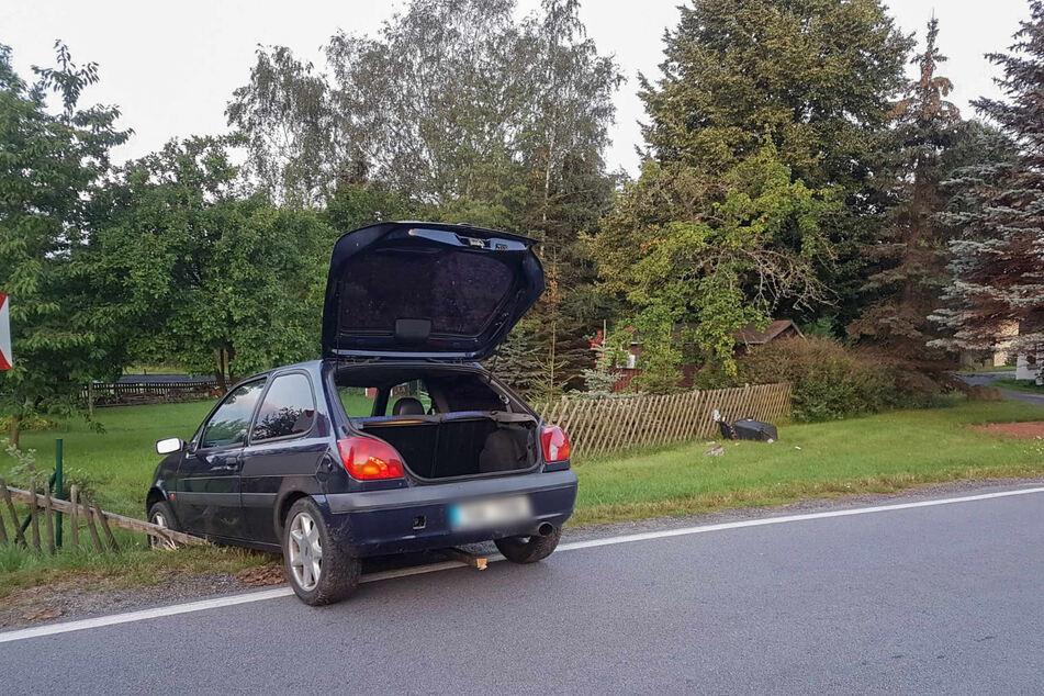 Bei dem Unfall entstanden 10.000 Euro Sachschaden, offensichtlich musste auch eine Mülltonne (rechts im Bild) dran glauben.