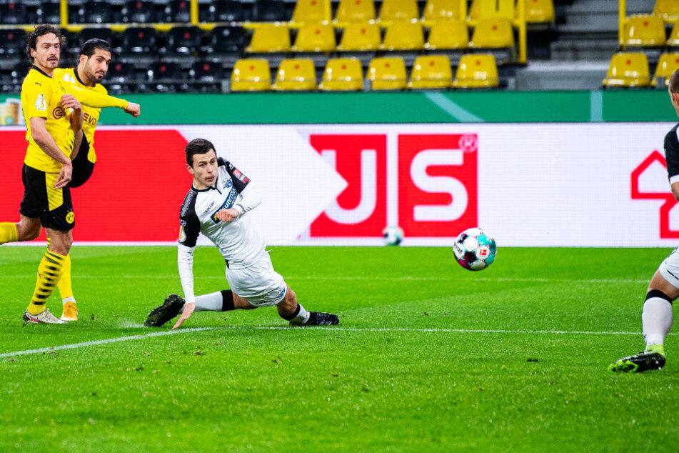 Emre Can (2.v.l.) trifft mit seinem wuchtigen Abschluss nach Vorlage von Thomas Delaney (l.) zum 1:0 für den BVB.