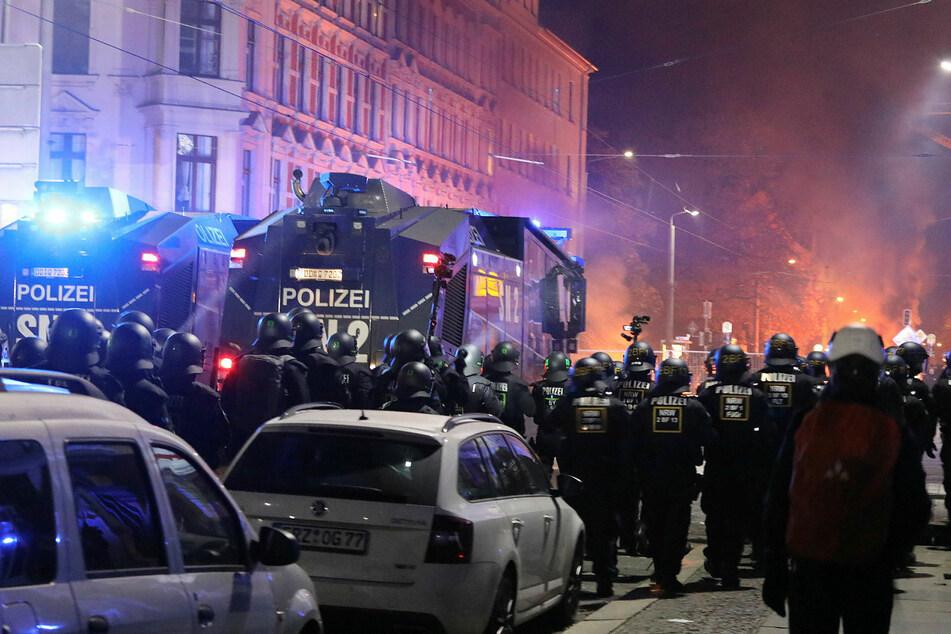 Während sich die Polizei in Leipzig auf einen Großeinsatz vorbereitet, für den auch Wasserwerfer bereitstehen, rechnet der sächsische Verfassungsschutz mit einer friedlichen Demo. (Archivbild)