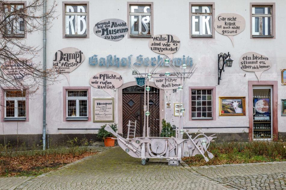 Auch im Lügenmuseum Radebeul, das im alten Gasthof Serkowitz beheimatet ist, müssen die Türen derzeit für externe Besucher geschlossen bleiben.