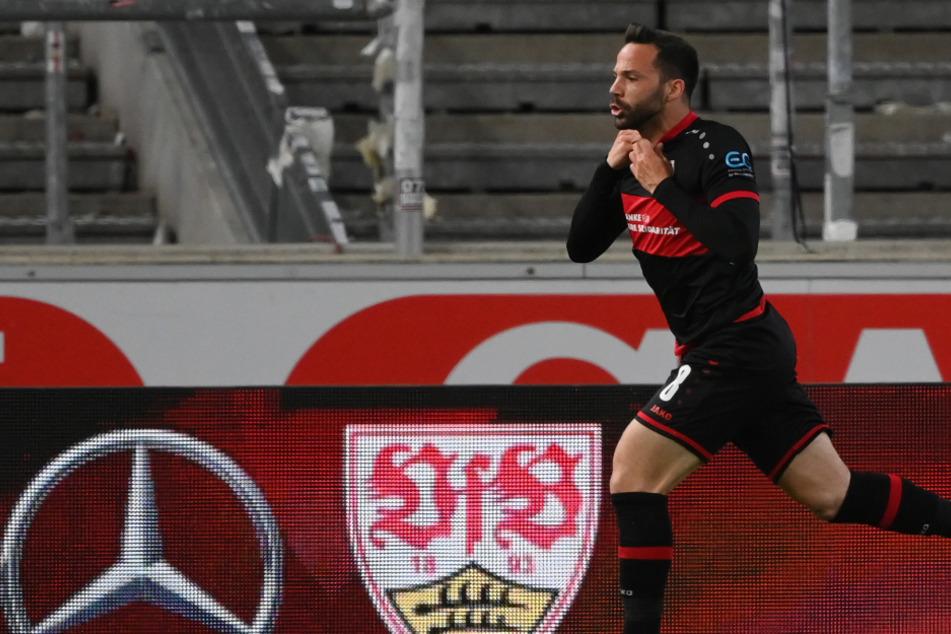 Gonzalo Castro (33) zieht sich nach seinem späten Siegtreffer zum 3:2 gegen den Hamburger SV das Trikot aus.