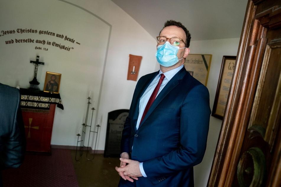 Jens Spahn (CDU), Bundesminister für Gesundheit, steht mit einem Mund-Nasenschutz in einer Kapelle der Pflegeeinrichtung St. Elisabeth Stift im Berliner Stadtteil Prenzlauer Berg.