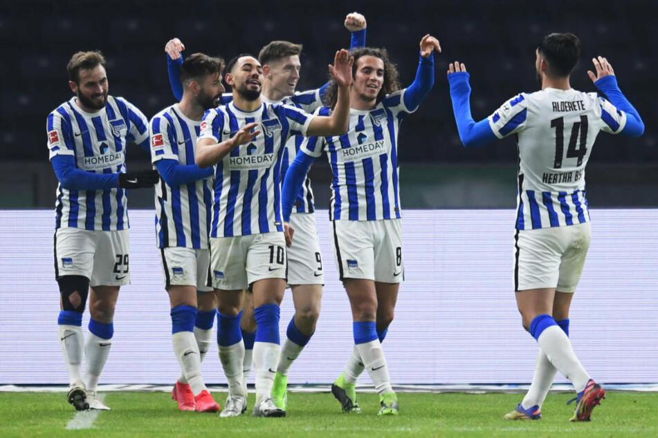 Im Hinspiel freuten sich die Berliner über einen 3:0-Erfolg gegen Schalke 04 im heimischen Olympiastadion. Ein Sieg bei den Knappen würde Hertha dem Klassenerhalt einen großen Schritt näherbringen.