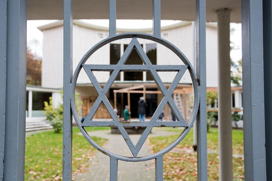 Ein Davidstern ist am Metallzaun am Eingang zur Synagoge der Jüdischen Gemeinde Hannover in der Haeckelstraße zu sehen.
