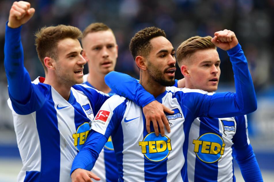 Matheus Cunha (m) bejubelt mit Lukas Klünter (l) und Maximilian Mittelstädt seinen Treffer zum 2:2.
