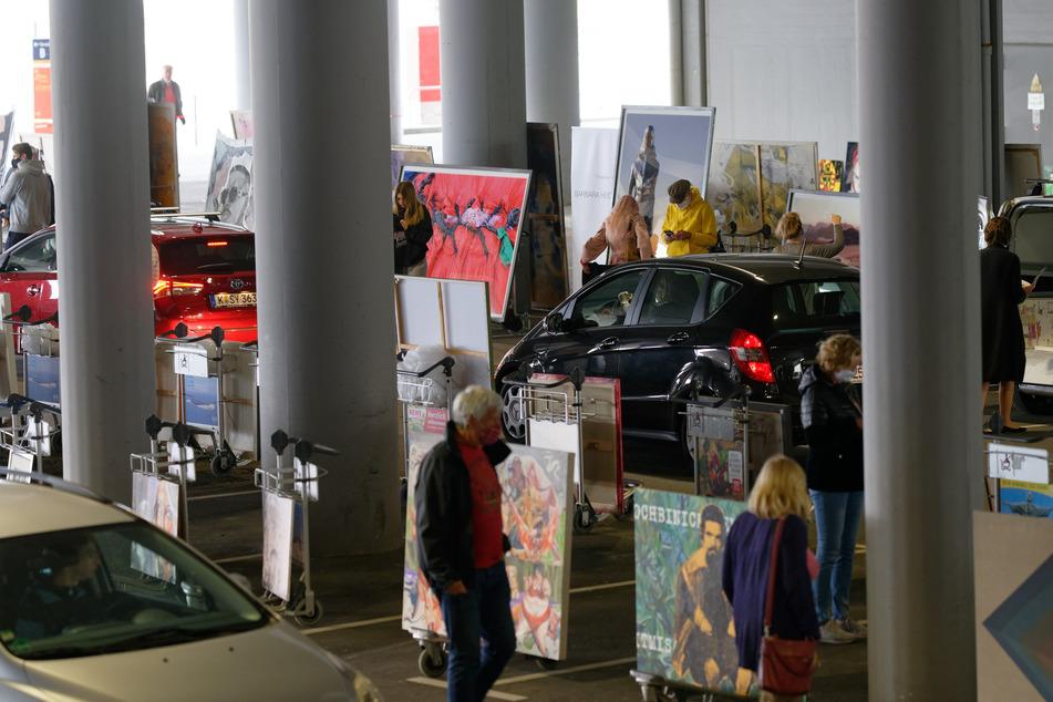 Autos und Besucher bewegen sich durch das Parkhaus P1 des Flughafen Köln-Bonn, in dem an diesem Wochenende Kunstwerke ausgestellt sind.