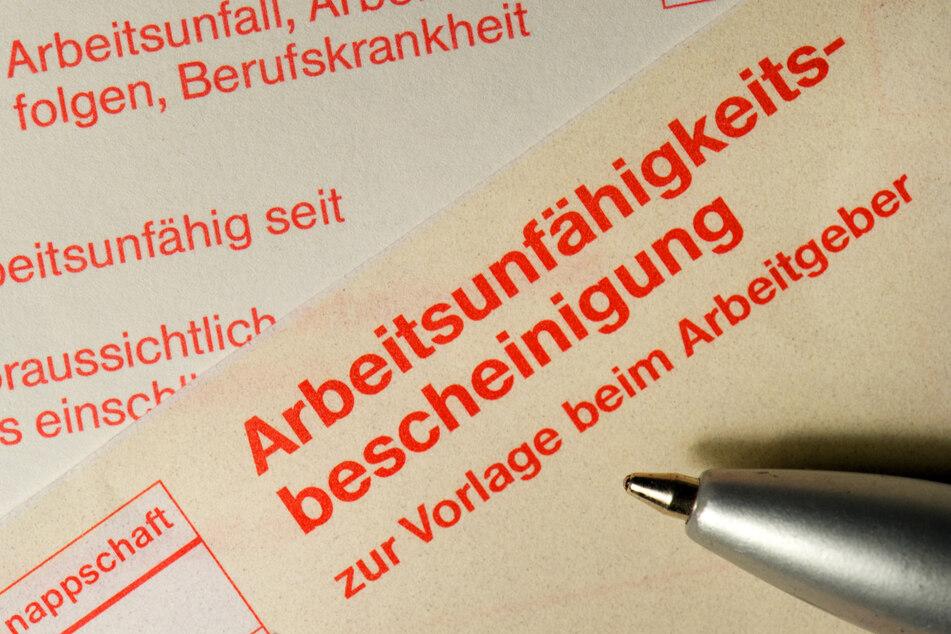 Eine Arbeitsunfähigkeitsbescheinigung zur Vorlage beim Arbeitgeber (Archivbild).