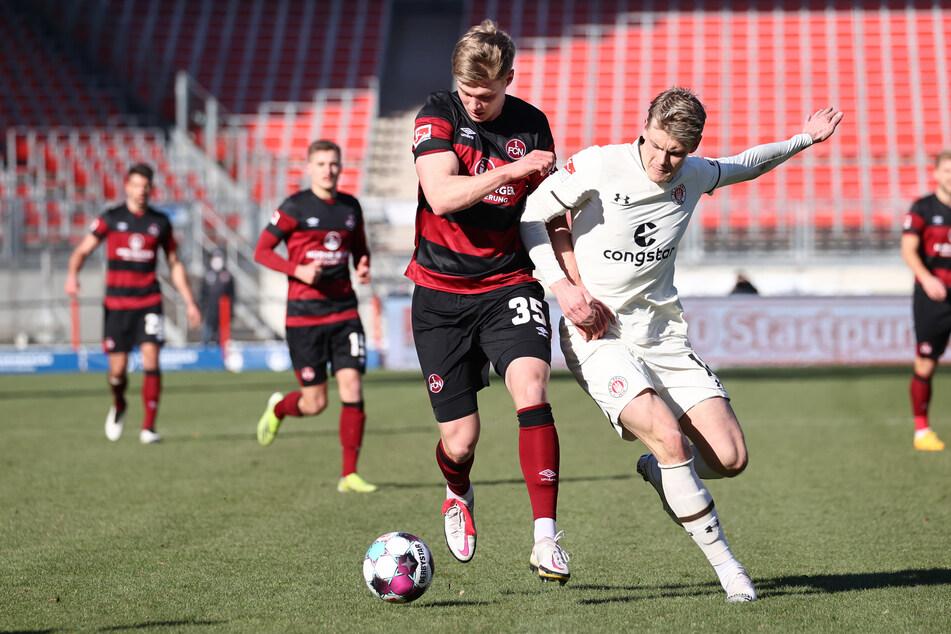 Der FC St. Pauli hat den schwedischen Mittelfeldspieler Eric Smith (24, r.) langfristig an sich gebunden. (Archivfoto)