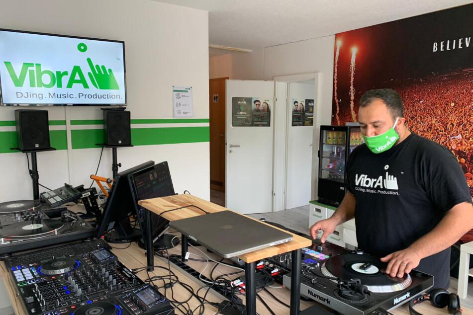 Schulleiter Haby Kusha an den Turntables. Die VibrA, Leipzigs einzige DJ-Schule, bietet alles an Equipment, was man als angehender DJ und/oder Produzent braucht, sagt er.