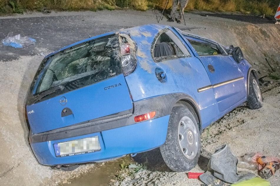 Der Wagen soll durch die Luft geschleudert worden sein und kam dann im Graben zum Liegen.