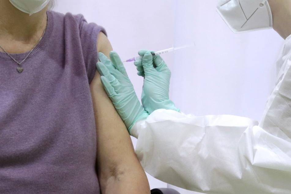 Eine ältere Frau bekommt die Corona-Impfung. Sind Lehrer und Erzieher schneller als geplant dran?
