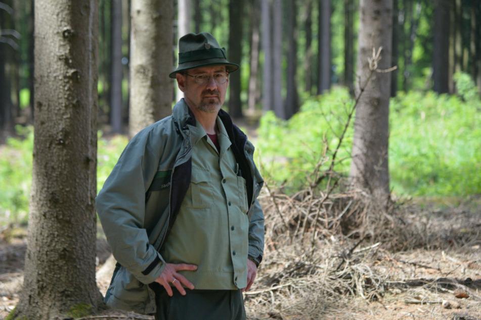 Zum Schutz von Wald und Waldbesuchern greift Revierförster Ullrich Göthel (51) jetzt durch.