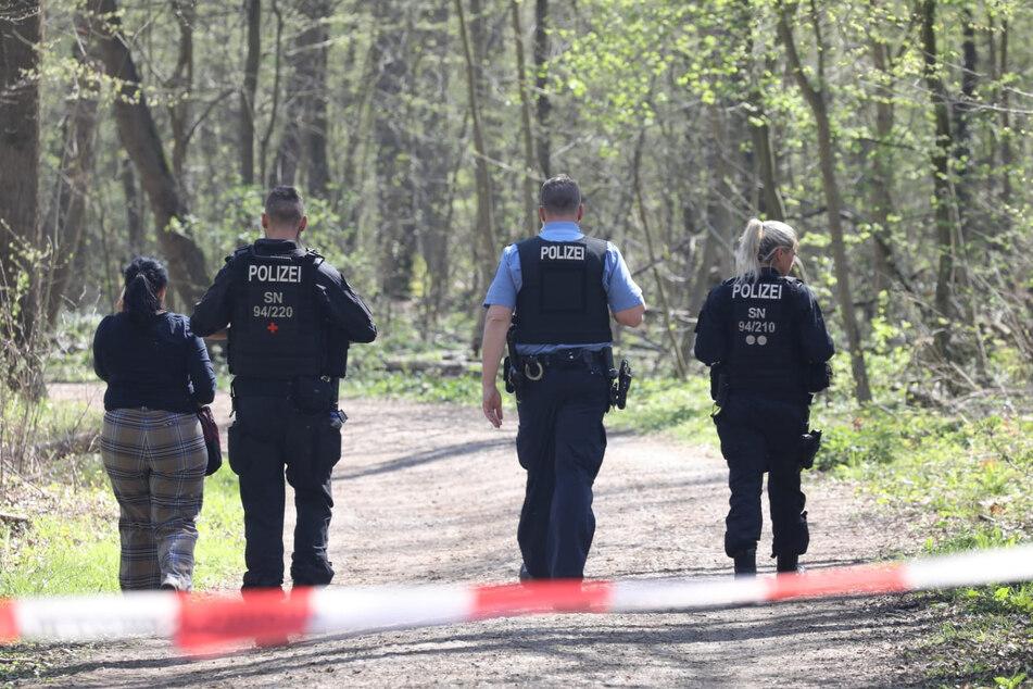 Polizeibeamte sichern den Tatort im südlichen Leipziger Auwald.