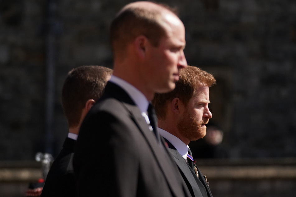 Prinz William (l.) und sein Bruder Prinz Harry nehmen an dem Trauermarsch auf Schloss Windsor teil.