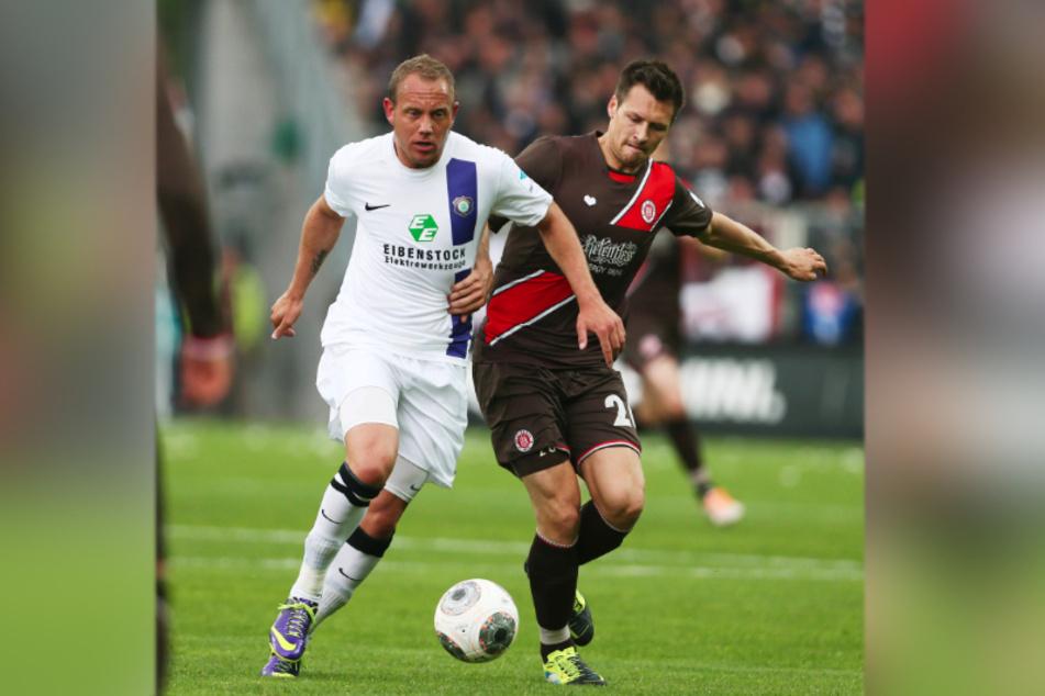 11. Mai 2014: Sören Gonther (r.) für den FC St. Pauli im Zweikampf mit dem damaligen Auer Frank Löning.
