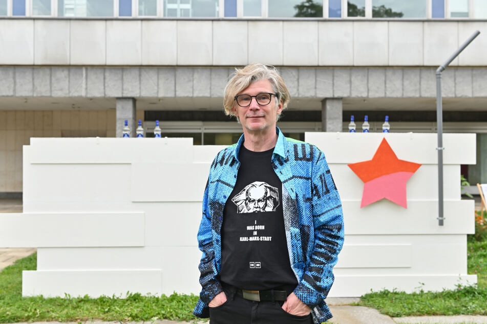 "Der Künstler Joerg Waehner (59) vor seiner Skulptur MIES meets MARX ""Revolutionsdenkmal in Plattenbauweise"""