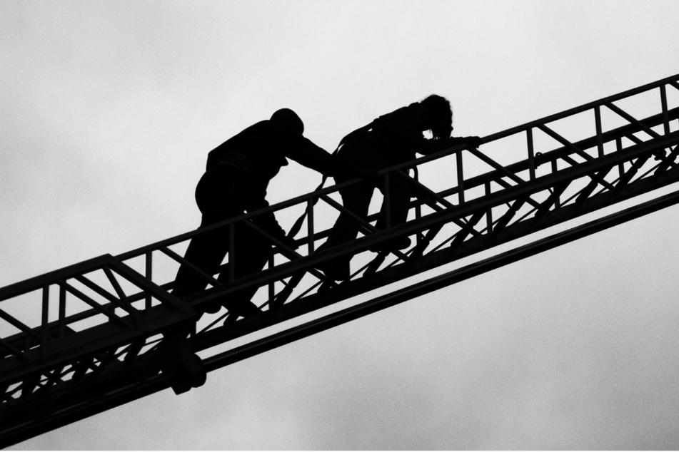 Arbeiter sitzt stundenlang in 23 Metern Höhe fest, dann kommt endlich Rettung