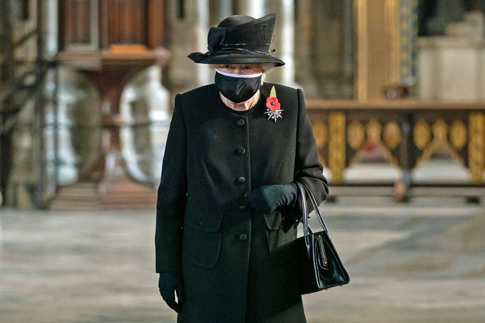 önigin Elisabeth II. (94) nimmt an einer Zeremonie zum Jahrestag der Beerdigung des Unbekannten Soldaten im Westminster Abbey teil und tragt einen Mund-Nasen-Schutz.