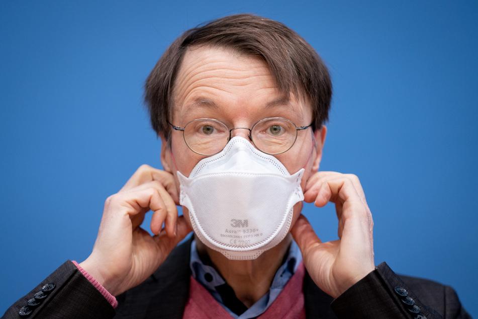 Gesundheitspolitiker Karl Lauterbach (58, SPD) sieht mehr Nutzen als Schaden in dem Astrazeneca-Impfstoff.
