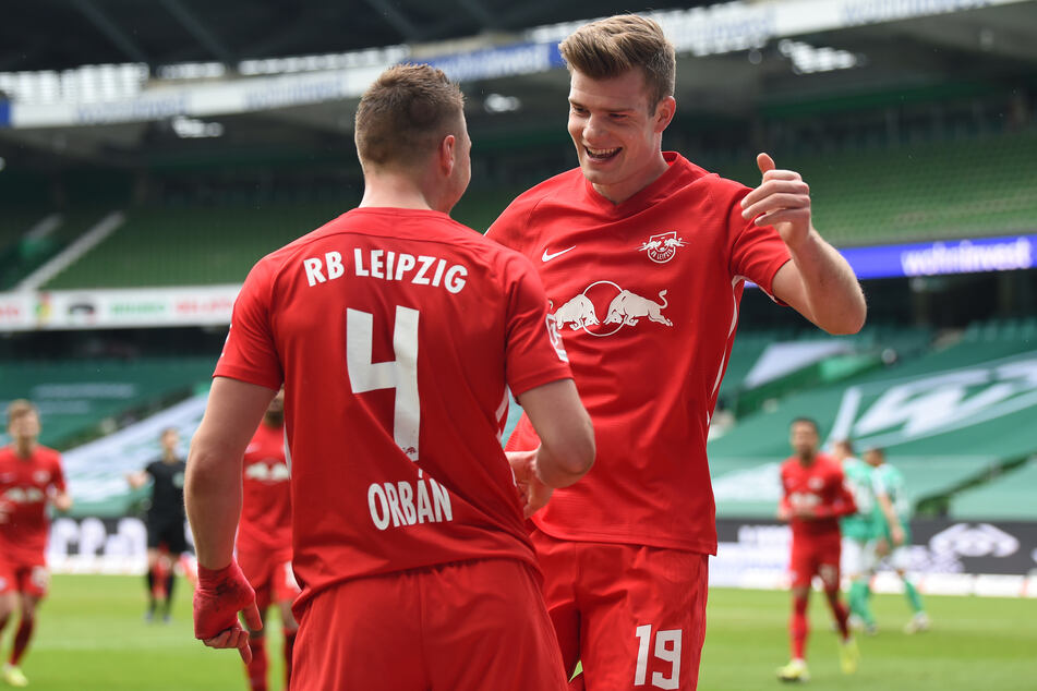 Alexander Sörloth (25, r.) bedankt sich nach seinem Tor zum 3:0 für RB Leipzig bei Vorlagengeber Willi Orban (28).