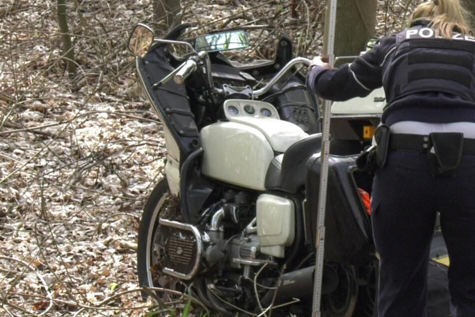 Schwerer Motorrad-Unfall in Köln: Biker in Wald geschleudert