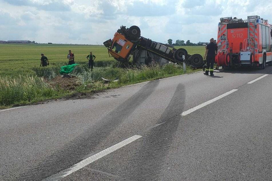 Aus bisher ungeklärter Ursache verlor der Fahrer die Kontrolle über den Lastwagen.