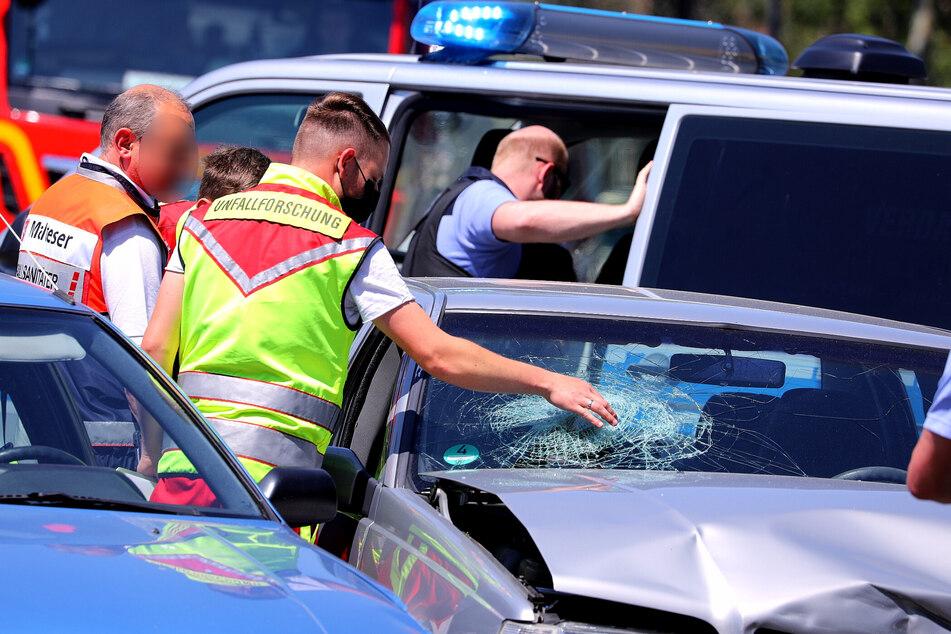 Einsatzkräfte begutachten den Unfall.